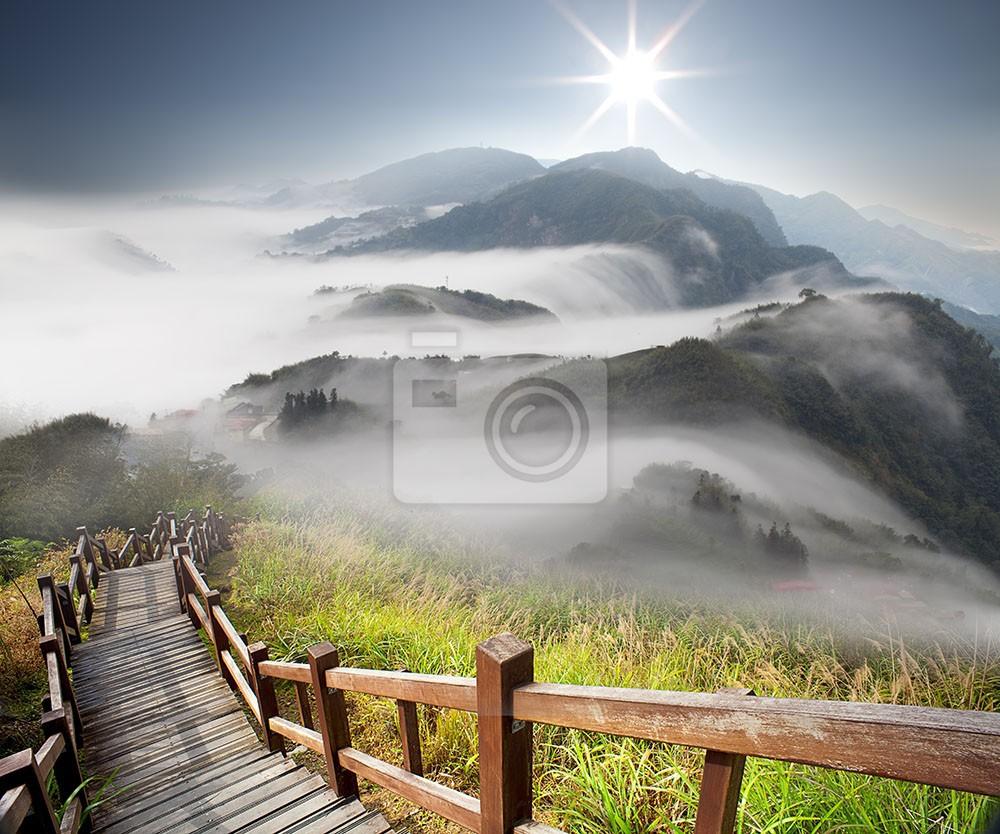 Drewniany most w górach we mgle