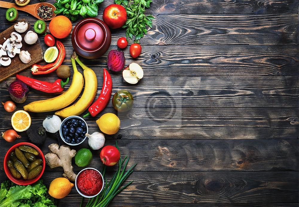 Owoce i warzywa na tle drewna