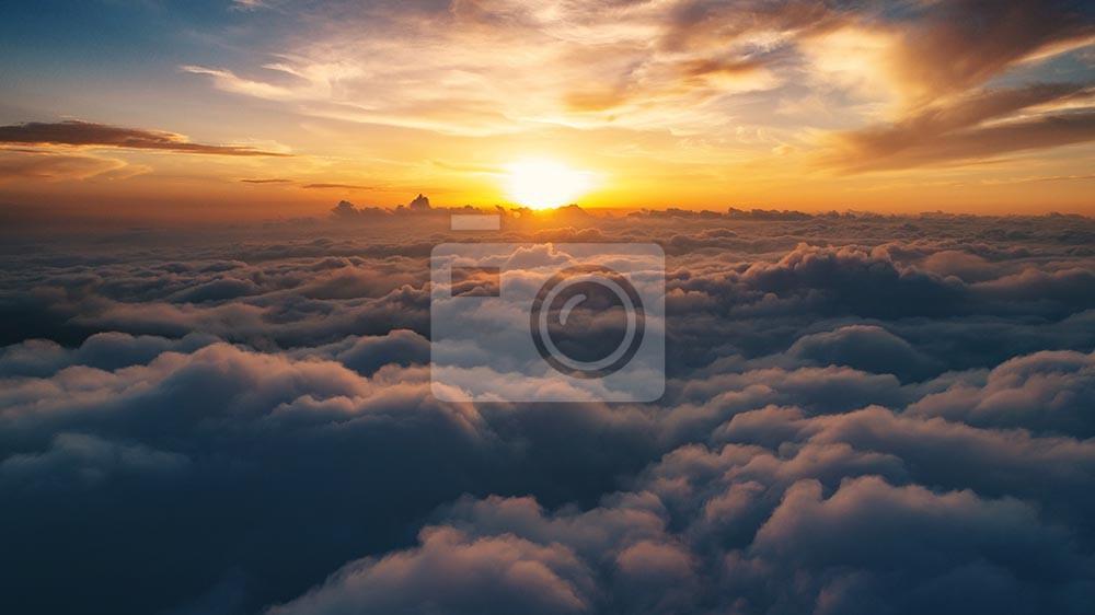 Chmury nad karpackimi górami przy zmierzchu