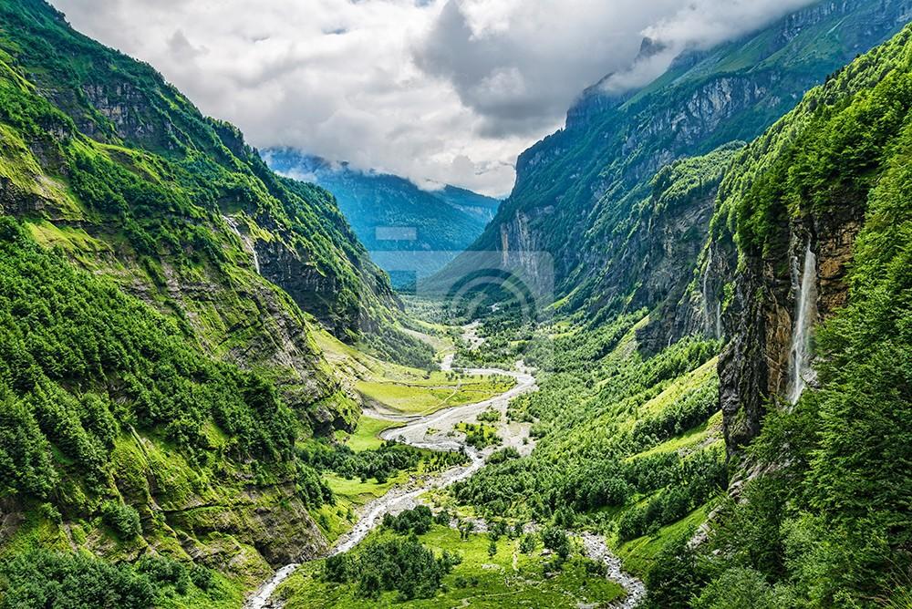Szeroka dolina rzeki w zielonym letnim kanionie panoramy Alpejskiej krajobraz górski
